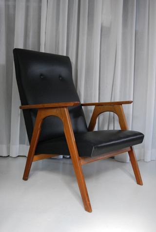 Mooie vintage fauteuil met zwarte retro skai leren bekleding de gele etalage - Mooie fauteuil ...