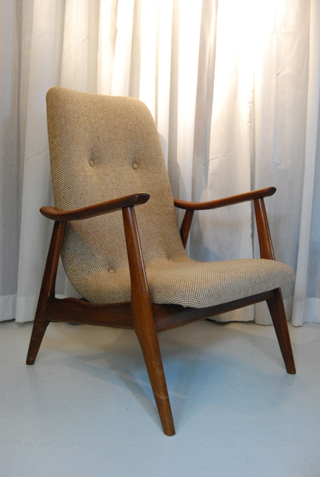 Twee mooie teakhouten vintage fauteuils met retro for Tweedehands design fauteuil