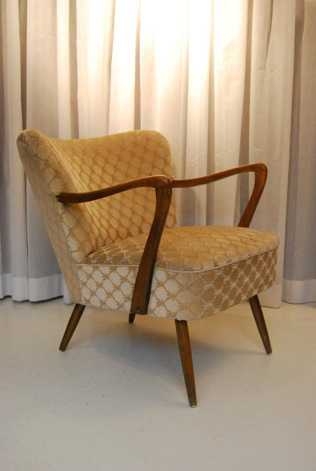 Mooie jaren 60 clubfauteuil cocktailstoeltje met houten armleuningen de gele etalage - Mooie fauteuil ...