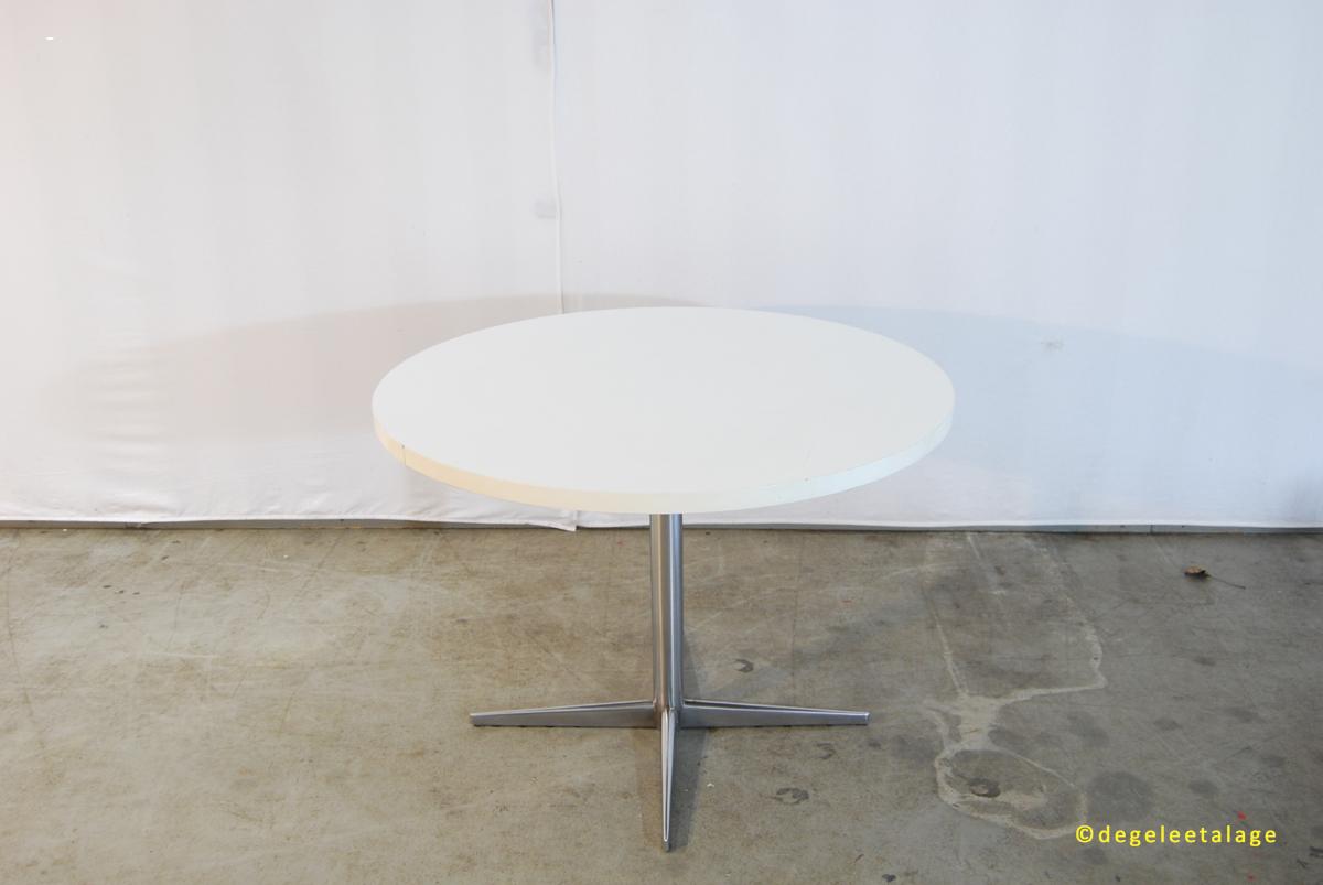 Jaren 70 ronde tafel met wit formica blad en chromen stervoet de