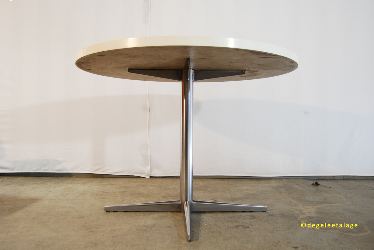 Round Formica Table Round Dining Table Formica Top And Chroomed Feet Could Be A Pastoe
