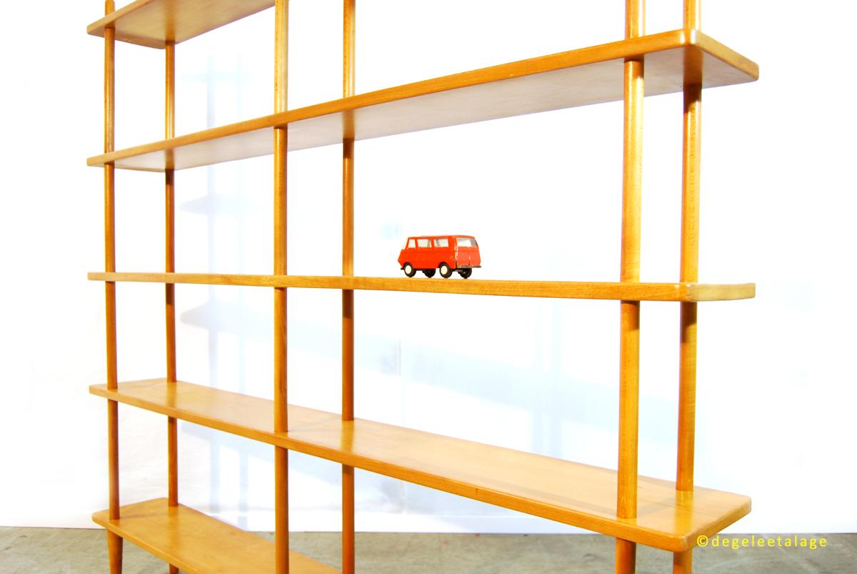 k1611-09-de-gele-etalage-stokkenkast