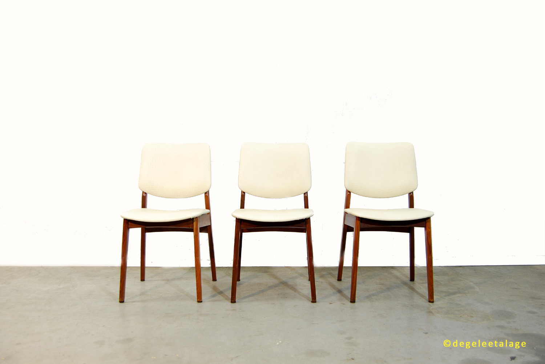 Vintage teakhouten jaren 60 stoelen met skai leren for Witte leren stoelen